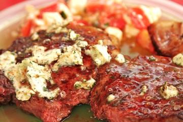 saftiges Steak / Rindfleisch / Kräuterbutter