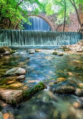 märchenhafte Kulisse mit Wasserfall und Brücke in Pastellfarben getaucht