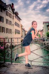 Fillette sur un pont dans le vieil Annecy