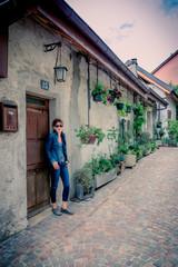 Femme en promenade dans le vieil Annecy