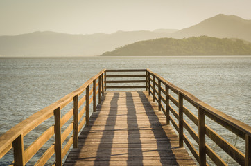 Bonito deck em lagoa sem ninguém, vista tranquila.