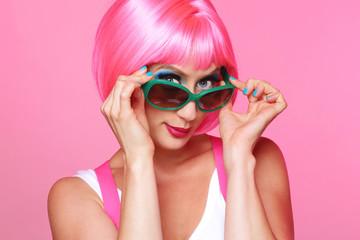 femme sexy et glamour avec perruque rose