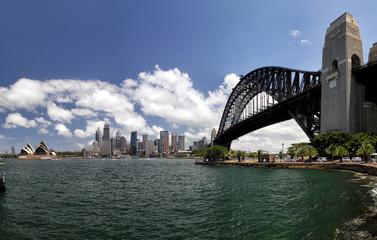 Blick auf die Skyline von Sydney, die Sydney Harbour Bridge und das Sydney Opera House vom nördlichen Stadtteil Kirribilli aus.