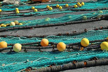 Fischfangnetze zum trocknen ausgebreitet im Hafen von Loctudy, Bretagne, Frankreich