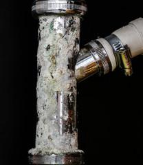 Kalkablagerungen an einem Abflussrohr