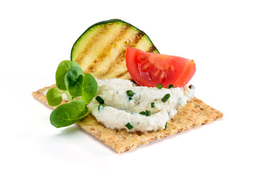 Zelfklevend Fotobehang Voorgerecht Antipasto con cracker , crema di soia, pomodoro, valeriana e zucchino