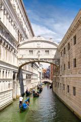 Photo sur Plexiglas Gondoles Gondolas under the Bridge of Sighs in Venice, Italy