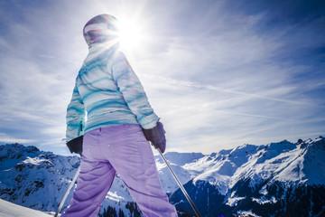 Silhouette Portrait Frau lachend beim Skifahren