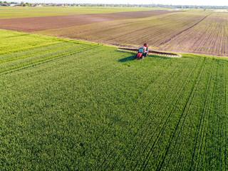 Fotomurales - Farmer spraying green wheat field