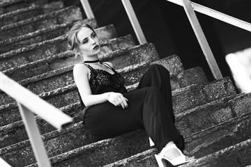 Портрет красивой девушки в городе. Черно-белое фото