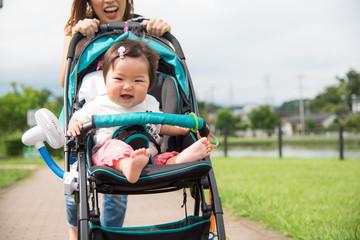 ベビーカーに乗って散歩する赤ちゃん