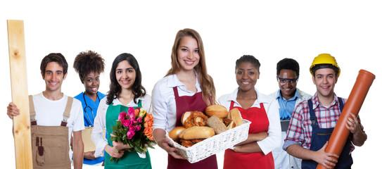 Sympathische Bäckereiverkäuferin zweigt Daumen mit anderen Azubis