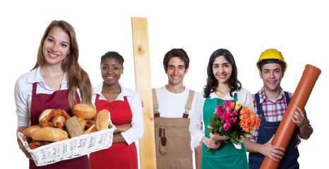 Lachende Bäckereiverkäuferin zweigt Daumen mit anderen Azubis