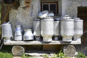 Kannen für die Ziegenmilch vor einer Hütte in Isola am Silsersee im Engadin
