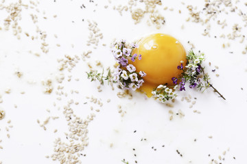 Yema de huevos con flores