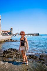 Femme en promenade à Collioure la perle de la côte vermeille