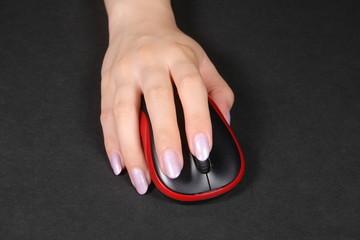 マウス操作する女性