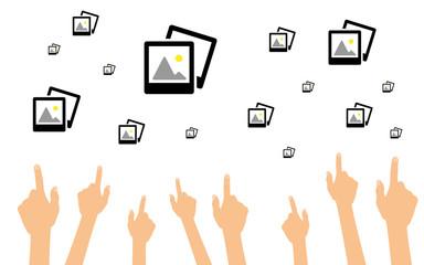 Hände zeigen auf Fotoalben
