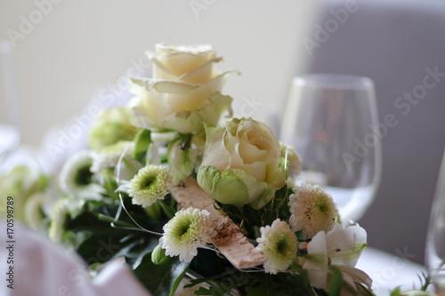 Blumengesteck Mit Rosen Und Chrysanthemen Auf Einem Festlich