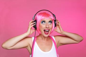 femme avec perruque rose et écouteurs de musique
