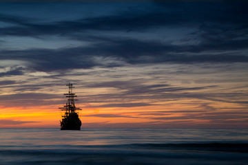 Türaufkleber Schiff Pirate ship in sunset scenery.