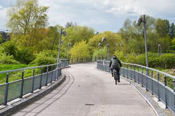 Radfahrer auf der Brücke zum Herrenkrug-Park in Magdeburg
