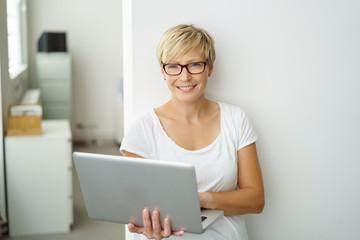 lächelnde geschäftsfrau mit notebook im büro