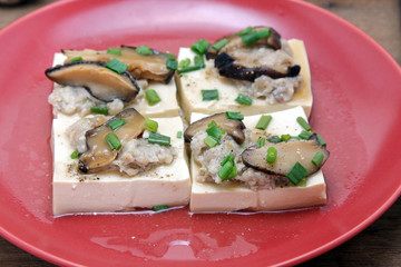 Steamed tofu with Minced pork and mushroom, topping with black pepper and green leaf onion.