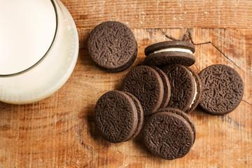 Vaso de leche con galletas de chocolate