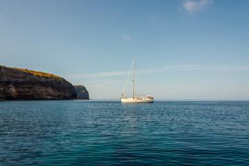 il mare dell'isola di Ventotene con barca