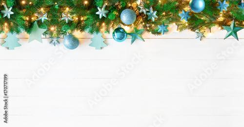 weihnachten girlande t rkise weihnachtskugeln mit lichterkette als bord re stockfotos und. Black Bedroom Furniture Sets. Home Design Ideas
