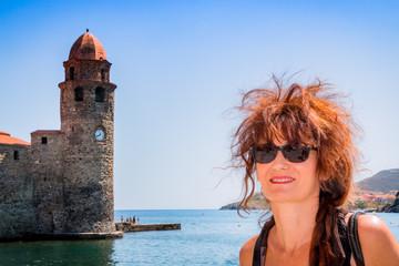 Femme devant l'église Notre-Dame-des-Anges à Collioure la perle de la côte vermeille