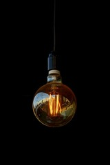 светящаяся лампочка в комнате на чёрном фоне