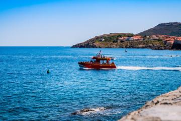 Bateau sortant du port e Collioure
