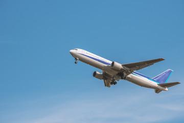 飛び立つ旅客機