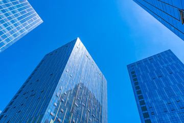 Reflecting the blue sky of the contemporary glass office building
