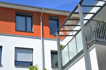 Moderne Balkone mit Metall-Geländer an Neubau-Hausfront