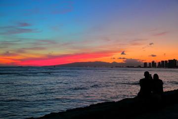 ハワイの夕焼けとカップル