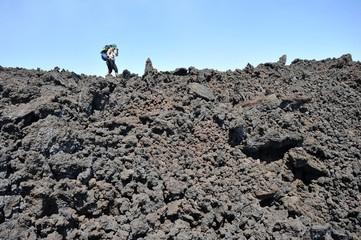 Schwierige Überschreitung des neuesten Lavafeldes von 2017 des Vulkans Ätna (3323 m), Sizilien/Italien