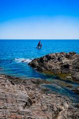 Le voilier sur la mer près de Collioure