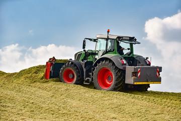 Maisernte - Traktor mit Planierschild verteilt Maissilage