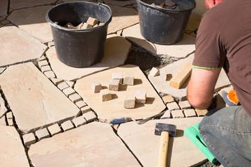 Gartenarchitektur  -  Verlegung von Sandsteinplatten und Mosaikpflaster  -  Terrasse aus Naturstein