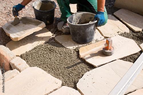 pflastern einer terrasse mit naturstein sandstein auftragen von kontaktschl mme haftbr cke. Black Bedroom Furniture Sets. Home Design Ideas