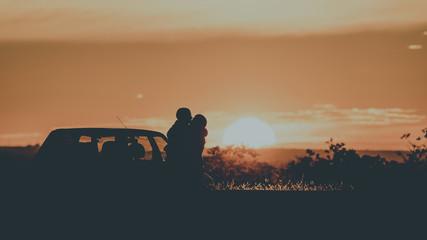 Casal apaixonado e o por do sol