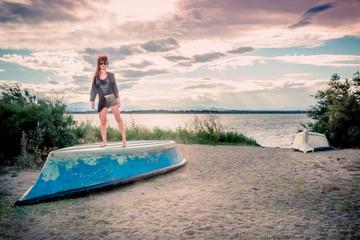 Femme sur les barques au bord de l'étang de Canet-Saint-nazaire