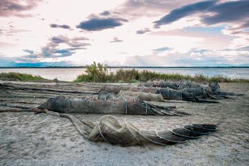 Nasses et filets de pêche au bord de l'étang de Canet-Saint-Nazaire