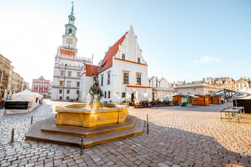 View on the Market square with Mars fountain and city hall during the morning light in Poznan in Poland Fototapete