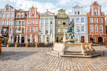Obraz Widok na piękne stare budynki z fontanną Neptuna w Poznaniu podczas porannego światła - fototapety do salonu