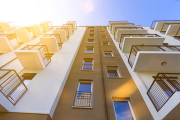 modernes Hochhaus im Gegenlicht