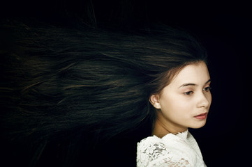 Junge Frau im Wind